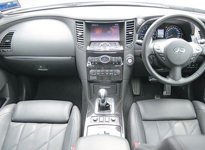 QX70S的前台配备非常扎实,实而不华,却显出非常內敛的氛围,再加上黑色面料与皮革的搭配,绝对是同级车之中一大竞爭对手!