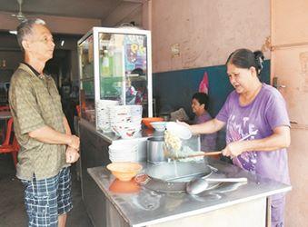 李奉媛(右)与大姐守护著父亲的面档,一守就是40余年。