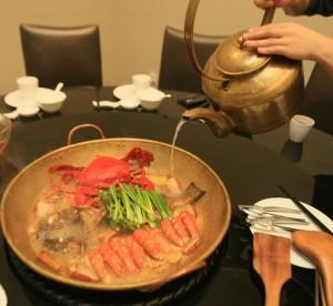 海鲜燜锅--锅料可以隨心组合,不过若要让汤头喝起来鲜香浓郁,一尾鱼和烧肉是不可或缺的食材。