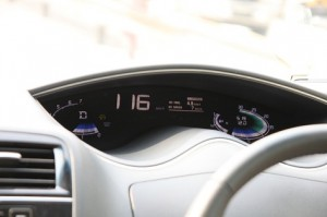 仪表板的设计相当前卫,完全由彩色LED呈现,並且同时详细显示平均及即时油耗数据。
