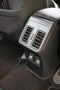 后方冷气出风口已经成为重要的趋势,而电源插座更是重要无比!中控台虽然採用了大量的触控元素,但设计竟然意外单调。