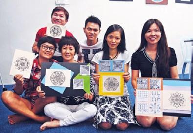 周文雄( 中)与学习绘画的学生。