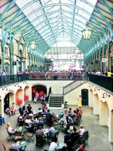 市场底楼也是餐馆﹐而一名女高音当时在现场演唱。