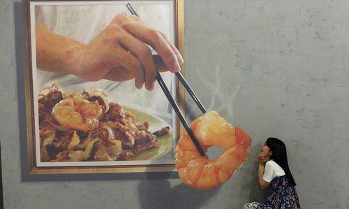 """""""美因槟榔视觉艺术馆""""的炒果条壁画,让人有食指大动的感觉。(网络照片)"""