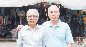 此书的两位作者——王建士(左)与王永裕一步步寻访父亲年少时的足跡,来到中国永春蓬壶三角街,父亲闯生活的第一站。