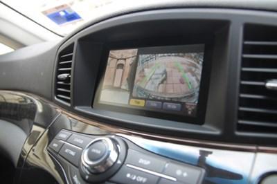 针对如此的车长,Elgrand配备了前后左右4具摄影镜头,可全景观看车身周围情况,穿梭窄巷也可以避免发生摩擦状况。