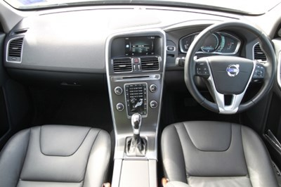 前台的设定明显以驾驶为主要取向,且塔状的中控台设计非常优雅,质感极佳。