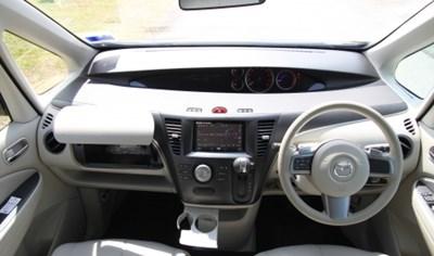 前台位置上除了挡风大镜的视野为一大特色之外,驾驶盘上的换档拨片成列位置也相当创新。