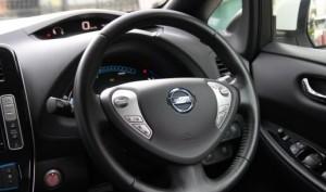 驾驶盘的大小及握感整体上来说表现中规中矩,同时可以做高低以及伸缩的调整,適合不同驾驶。