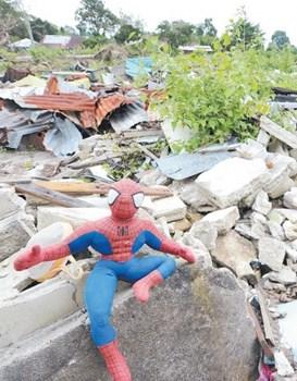 叶德財原先从事喷漆打吗呷的工作,退休后偶尔也为相熟者提供相关服务,因此家里堆积了不少工具,如今全化为乌有。房子被推倒后,夫妻俩试著在废墟中寻找还可用的物品,找到了孩子们的蜘蛛侠玩偶,把它放在显眼处,乍看之下,仿彿是蜘蛛侠在守护家园。