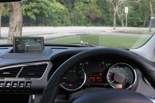 仪表中央的单色荧幕清楚显示里程数及油耗表现。