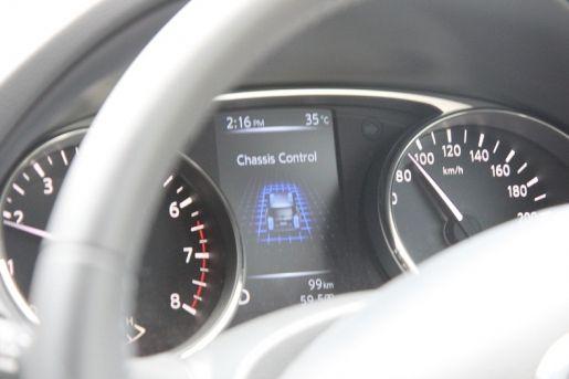 X-Trail的仪表中央彩色资讯幕能够显示许多即时资讯,特別是连续弯道以及顛簸路面时,可以清楚看到悬吊的两项系统发挥作用,让车身的稳定性、舒適性大大加强。