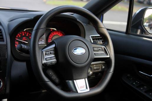 3辐式皮革驾驶盘设计比起上一代Impreza来得小一些,表面的按键也都传承了富士汽车向来的系统,继续沿用。