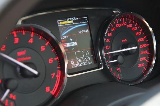 仪表中央的彩色资讯幕在切换SI-DRIVE时,通过3种不同顏色以及线状图,表示引擎的扭力爆发输出状態。