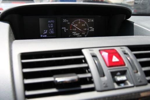 中控台最上方的资讯萤幕能够显示许多即时驾驶资讯,唯因为设计並非採驾驶取向,很多时候读取资讯並不是很便利。