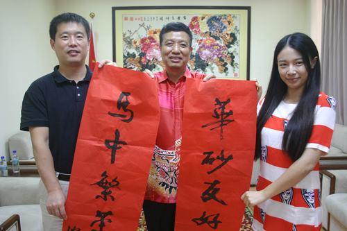 中国驻古晋总领事刘全(中)、中国驻古晋领事李健(左)与中国驻古晋总领事馆商务随员巫菲菲(右)向全国人民贺年。