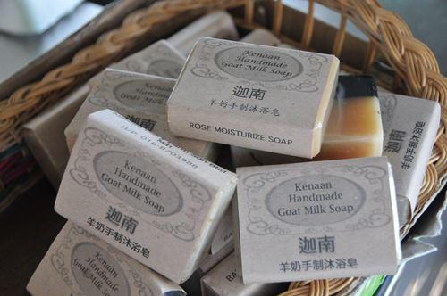 不含防腐剂与化学添加物的纯手工羊奶肥皂,提倡对土地环保,也对人们的皮肤环保。