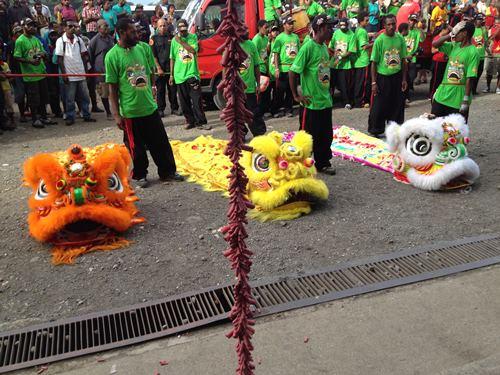 舞狮和鞭炮在我国是华人新年的节庆文化,在巴布亚新几内亚虽有不同,但却可以看见文化交融的融洽。