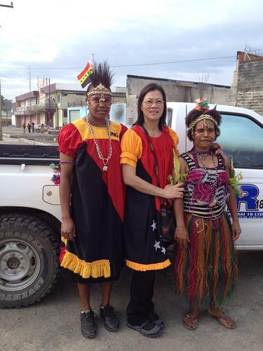 黄丽霞(中)与身穿传统服装的巴布亚新几内亚原住民合影。