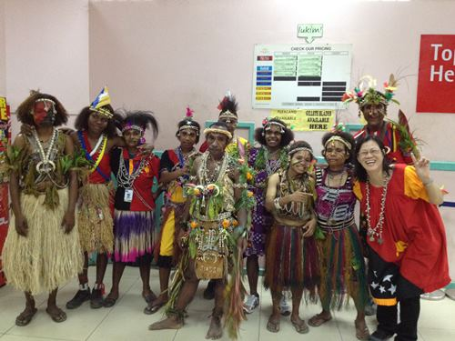 任何节庆大家都可以一起欢庆,展示着不同国家文化的融合。