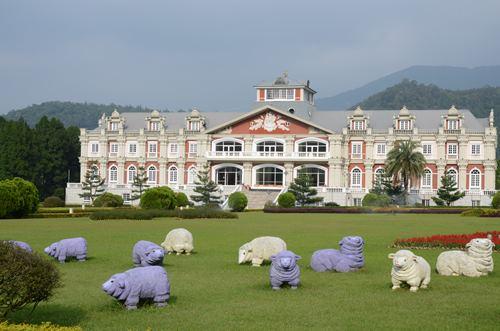 青青草原上竖立着可爱的石雕羊群。