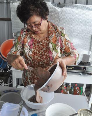每年过年都在家中亲手制作蛋糕的关瑞兰。