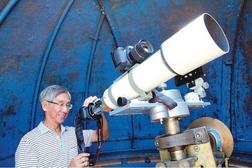 张森荣用天文望远镜来捕捉天文奇景。