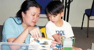 来自峇株巴辖的杨雪芳以多年的经验,耐心教导,培养小孩专注力。