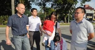周小姐(左3)带著两名孩子抵达警区录取口供。左起为林立迎、林文祥及游佳豪。 (摄影:徐慧美)