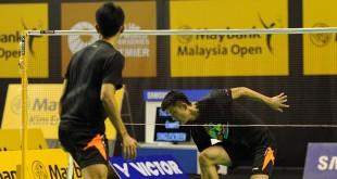 中国队投入赛前训练,男单头号种子谌龙与队友对练。