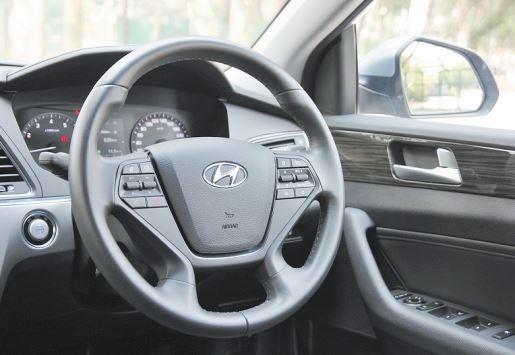 驾驶盘採用了4辐式的设计,握感及大小的配置都非常得体,且设定非常轻盈,適合男女老幼。