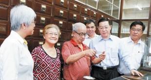 林冠英(前右2起)慰问游钱辉和陈妙玲,右起黄汉伟和章瑛,后者为孙意志。
