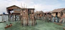 无国籍的巴夭人就住在搭在海上的简陋房子。