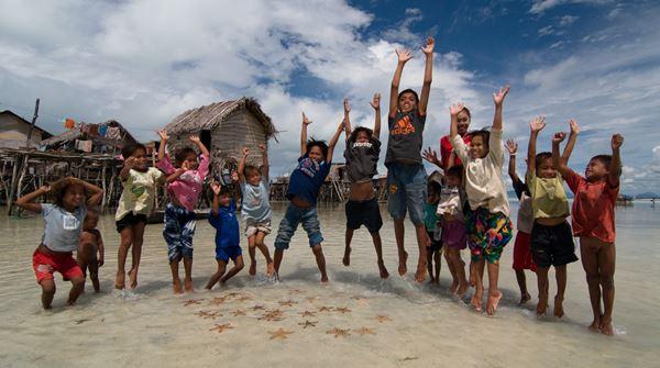 尽管生活环境恶劣,但这些巴夭孩童却乐观、友善。