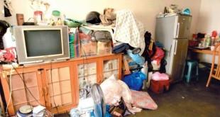 李玉芳的客厅除了有陈旧的电视机及冰箱,也没有多余的家具,孩子们平日都坐在地上吃饭和看电视。
