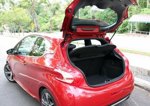以小钢砲的车型来说,311公升的后车厢容量並不小,加上可分离倾倒的后座椅背,装载力更上层楼。