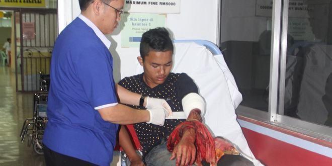 医护人员为伤者包扎.