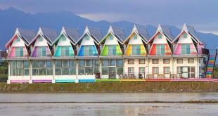 以彩虹色调为基调的木屋。