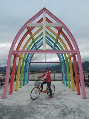 木屋主人在屋外搭建色彩缤纷的小教堂。
