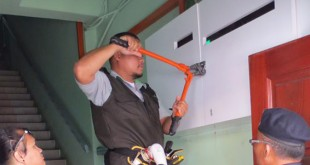 检查员动用大铁剪,剪开锁头。