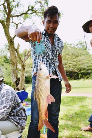 钓上大鱼后,第一件事就是称重。