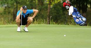 澳洲选手贾斯汀沃仁观察球到洞的距离。