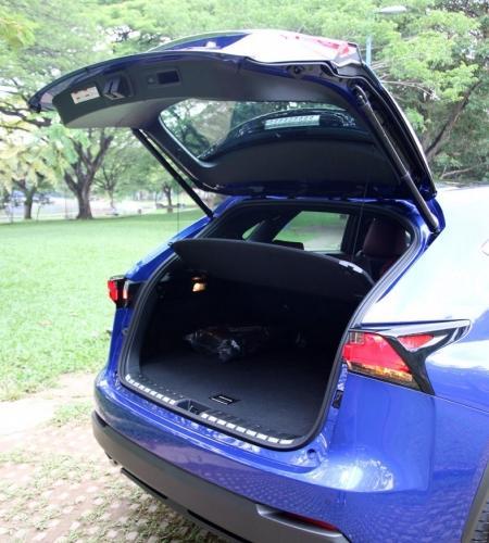 全电动的车尾门看似帅气,但启闭节奏稍慢,操作需要些耐心。(摄影:沈顺铭)
