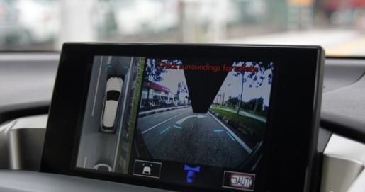 中控荧幕虽没有触控功能,但具备了大量功能使用,更能够手动开启环景式镜头观看车子周围的状况。(摄影:沈顺铭)
