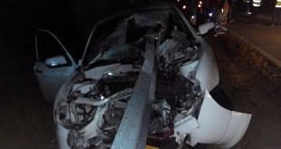 防撞铁栏杆从车前直插入车子后座。