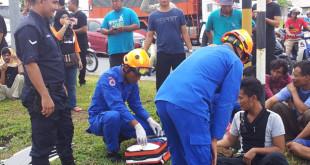 民防局991单位救伤车与其拯救员到场为伤者进行简单的疗伤。