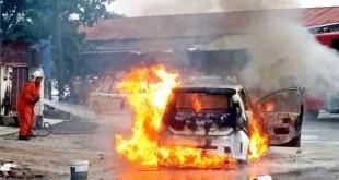 巫裔男女所乘坐的轿车陷入火海,消拯员奋力抢救。