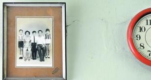 这是林道月最珍惜的一张家庭照,泛黄的照片里头,有她非常思念的幼子(中)、长子(站者左)及幼女(站者右)。