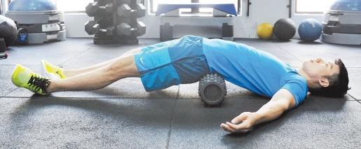 【训练部位:背部】面朝上平躺,用双脚將身体撑起后,才將滚筒放置在背部(千万不可背对滚筒直接往后躺下),然后稍微移动找寻比较酸痛的区块,全身放鬆躺在滚筒上30秒。