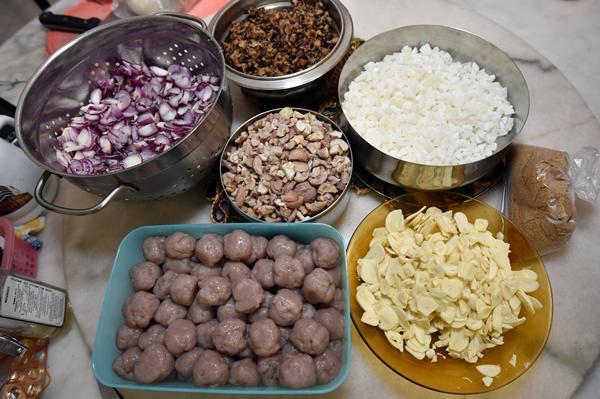 一般粽子所需的材料,包括洋葱、栗子、香菇、蒜头、芋泥等。